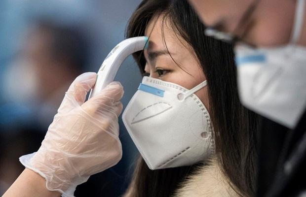 Nhân viên an ninh phối hợp cùng CDC kiểm tra việc đeo khẩu trang, đo nhiệt độ hành khách