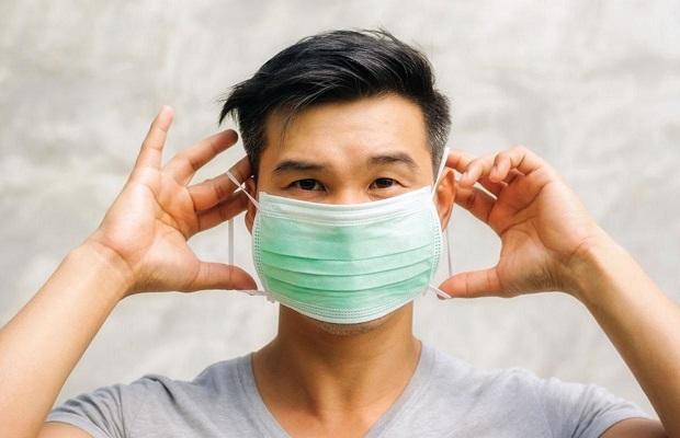 Đeo khẩu trang khi ra ngoài để bảo đảm an toàn dịch bệnh