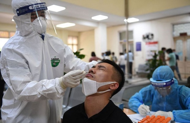 Nhân viên y tế tiến hành lấy mẫu xét nghiệm dịch từ mũi hành khách